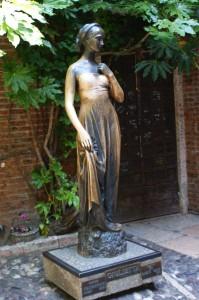 Estátua da Julieta, logo abaixo do balcão