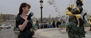 O Diabo Veste Prada: Andie joga o celular em uma das fontes da Praça da Concórdia