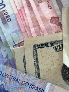 É melhor já chegar no destino com a moeda certa!