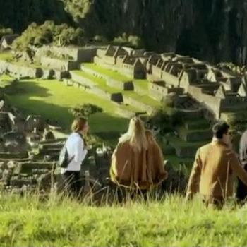 Personagens principais durante visita à Machu Picchu